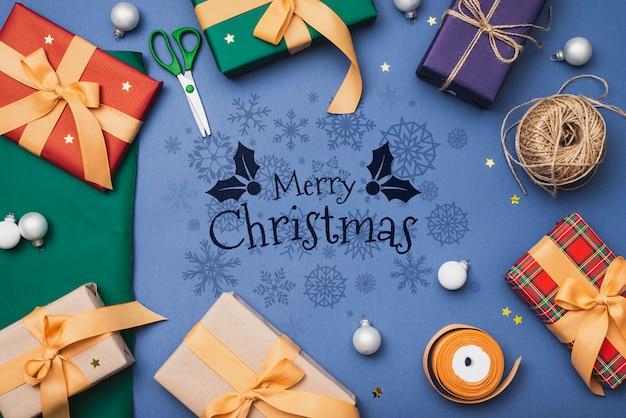 Płaskie ukształtowanie makiety kolorowych świątecznych prezentów