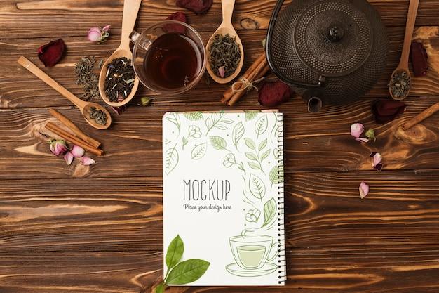 Płaskie ukształtowanie makiety koncepcji herbaty ziołowej