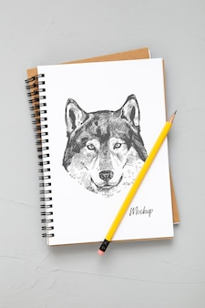 Płaskie ukształtowanie powierzchni biurka z ołówkiem i notatnikami