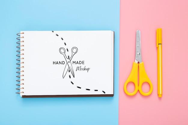 Płaskie ukształtowanie powierzchni biurka za pomocą nożyczek i długopisu
