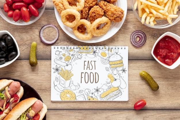Płaskie ukształtowanie pyszne fast food na drewnianym stole