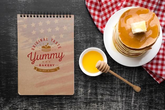 Płaskie ukształtowanie pysznego makiety amerykańskiego jedzenia