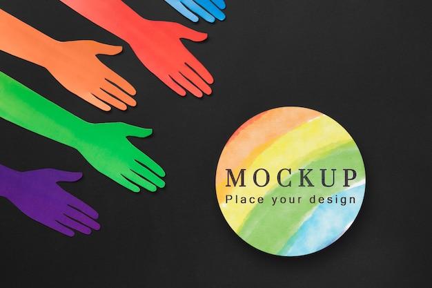 Płaskie ułożenie rąk w kolorach tęczy dla różnorodności