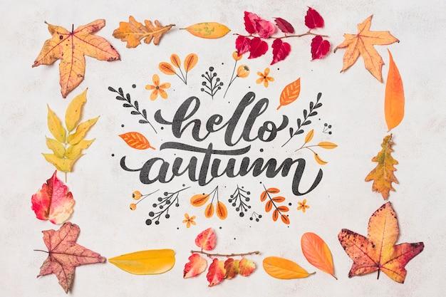 Płasko leżała jesienna dekoracja z liśćmi
