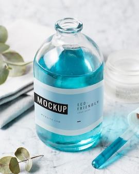 Plastikowa butelka makieta na stole