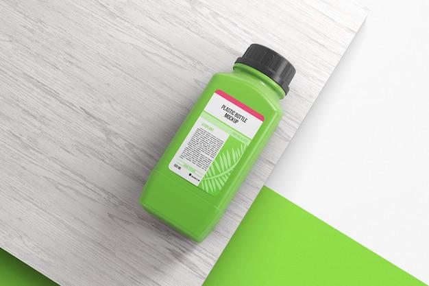 Plastikowa butelka z pokrywką na makiecie drewnianej powierzchni