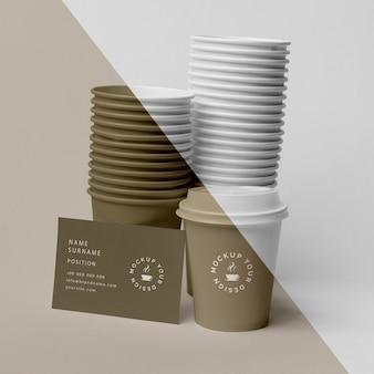 Plastikowe kubki z makietą kawy na stole