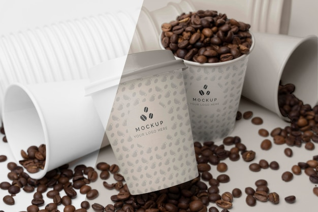 Plastikowe kubki z ziarnami kawy