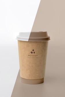 Plastikowy kubek z makietą kawy na stole