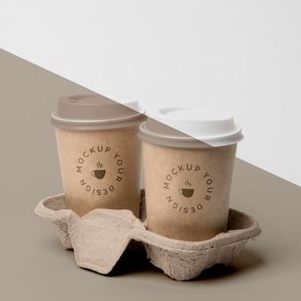 Plastikowy kubek z makietą kawy w podparciu