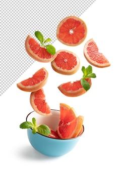 Plastry czerwonej pomarańczy wpadające do miski