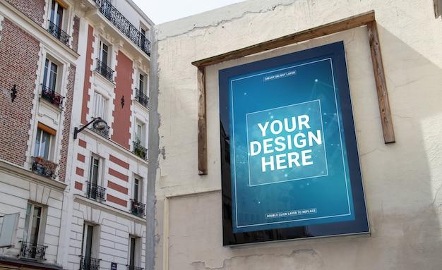 Plenerowy billboard na grunge ściany reklamy makiecie
