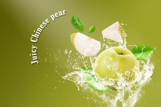 Plusk wody na świeże gruszki chińskie i krojone na białym tle na zielonym tle