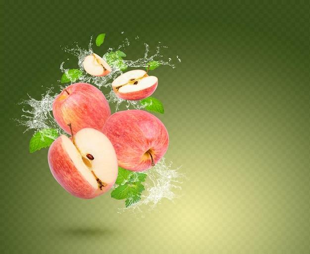 Plusk wody na świeże jabłko z liśćmi mięty na białym tle