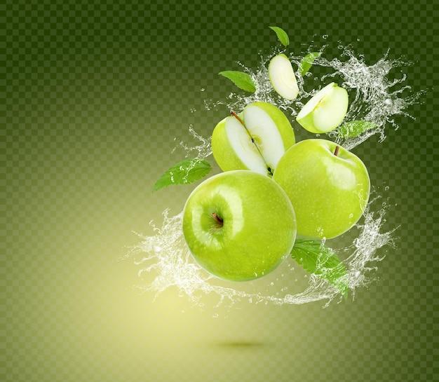 Plusk wody na świeże zielone jabłko z liśćmi na białym tle