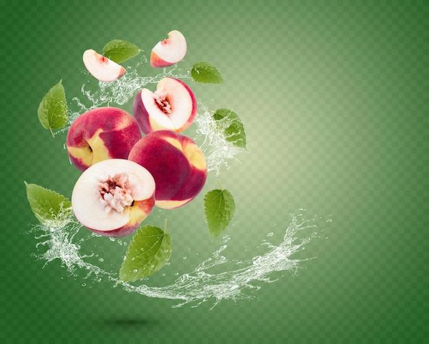Plusk wody na świeżej brzoskwini z liśćmi na białym tle