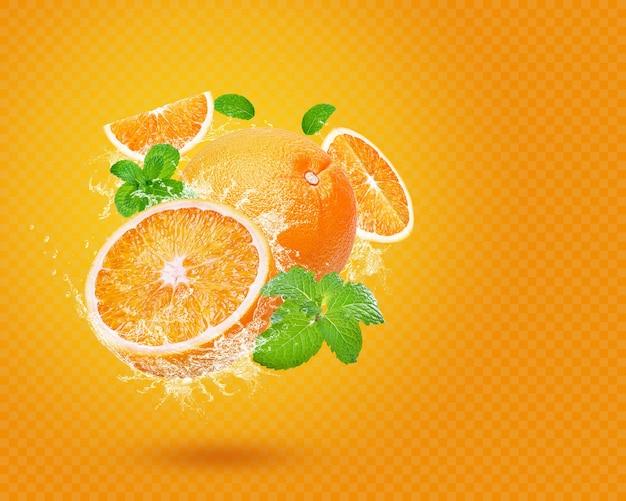 Plusk wody na świeżej pomarańczy z miętą na białym tle