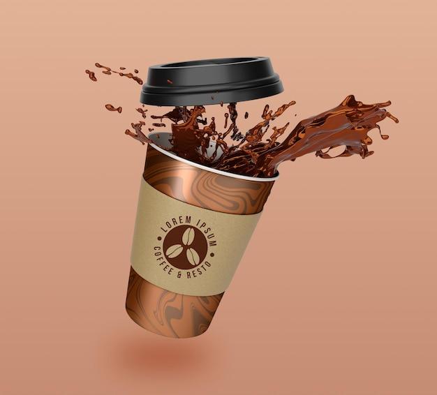 Pływający projekt makiety papierowego kubka do kawy i herbaty na wynos