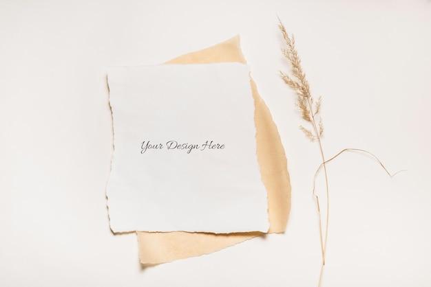 Podarty papier makieta na białym tle z suszoną trawą
