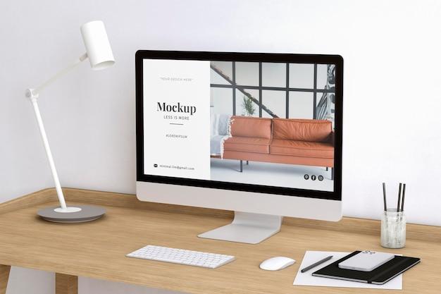 Pokój artysty ozdobiony makietą strony internetowej