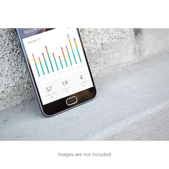 Połowa ekranu telefonu komórkowego na ścianie makieta