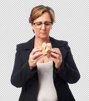 Portret dojrzała biznesowa kobieta próbuje rozwiązywać łamigłówkę