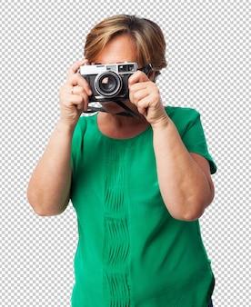 Portret dojrzałej kobiety gotowej zrobić zdjęcie