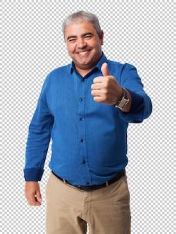 Portret dojrzały mężczyzna robi symbolowi sukcesu
