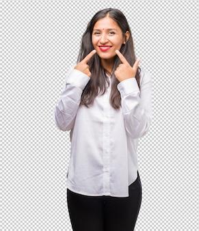 Portret młoda indyjska kobieta ono uśmiecha się, wskazujący usta