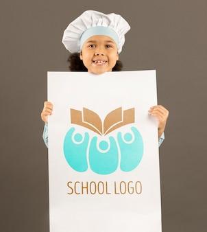 Portret młoda dziewczyna pozuje jak kucharz