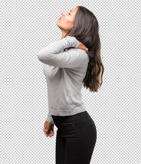 Portret młoda indyjska kobieta z bólem pleców z powodu stresu w pracy, zmęczony i bystry