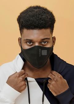 Portret Młodego Mężczyzny Z Maską Covid Premium Psd