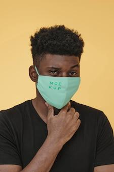 Portret młodego mężczyzny z maską covid