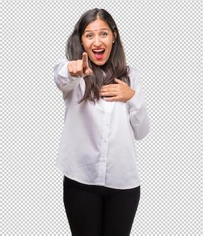 Portret młodej kobiety indyjskiej krzyczącej, śmiejącej się i wyśmiewającej innej, koncepcja kpiny i niekontrolowanej