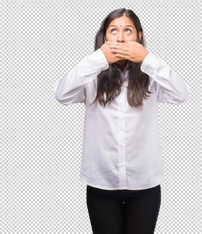 Portret młodej kobiety indyjskiej obejmującej usta, symbol ciszy i represji, starający się nic nie mówić