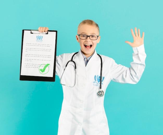 Portret szczęśliwy młody lekarz