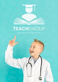 Portret szczęśliwy młody student medycyny