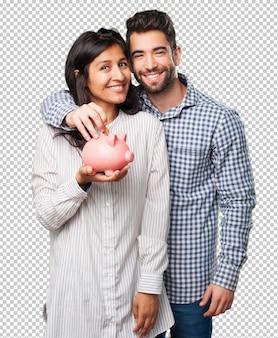 Potomstwo para trzyma prosiątko banka