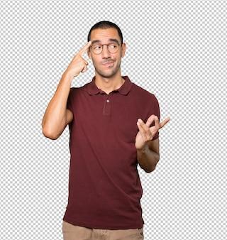 Poważny młody człowiek robi gest koncentracji