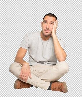 Poważny młody człowiek szuka na białym tle