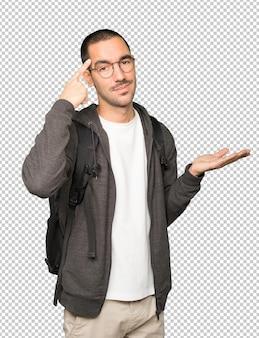 Poważny student wykonujący gest koncentracji