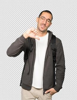 Poważny student wykonujący gest pokonanego