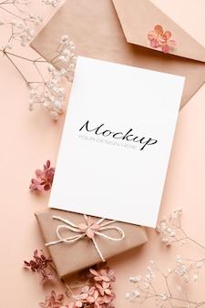 Powitanie lub zaproszenie lub makieta karty z kopertą i kwiatami hortensji i gipsówki