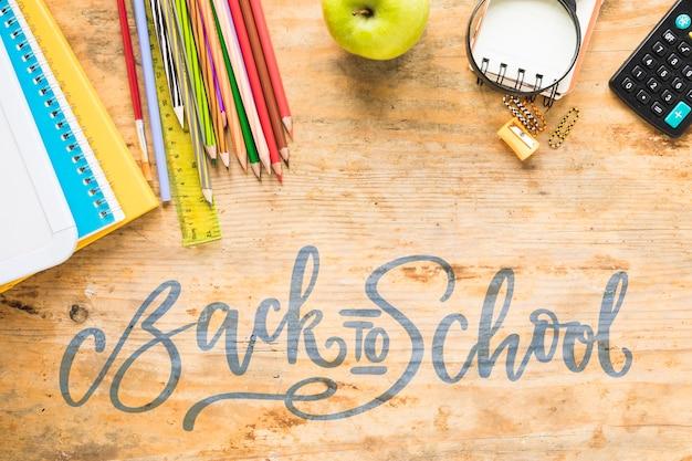 Powrót do przyborów szkolnych z zielonym jabłkiem