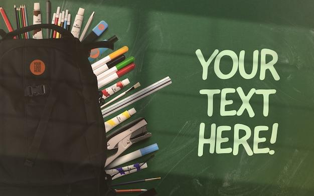 Powrót do szkolnego makiety plecaka na zielonej tablicy