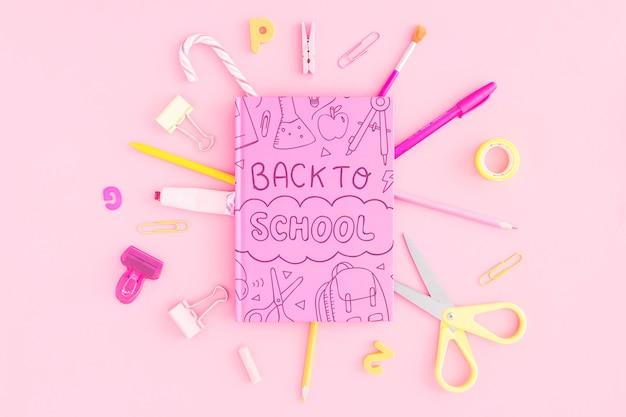 Powrót do szkoły makieta z różową okładką notebooka