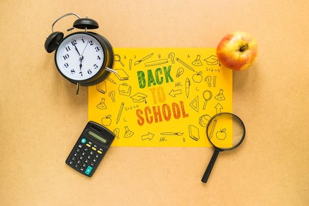 Powrót do szkoły makieta z żółtym papierem i elementami
