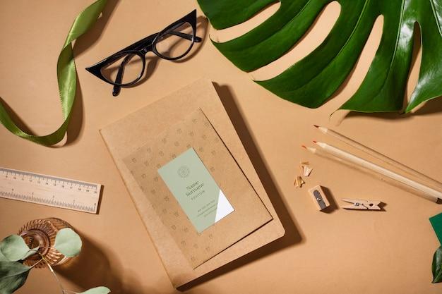 Powyżej widać notatnik i roślinę monstera