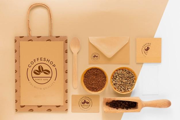 Powyżej widok aranżacji elementów marki kawy