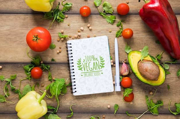 Powyżej widok dekoracji z warzywami i owocami